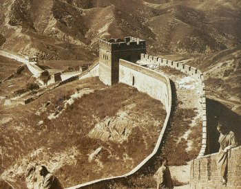 Image: Photo of the Great Wall of China taken by Herbet Ponting in 1907. From the Wikimedia Commons.
